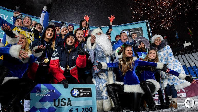 23 декабря. Церемония награждения победителей московского этапа Евротура по волейболу на снегу прошла с участие Деда Мороза и Снегурочки.