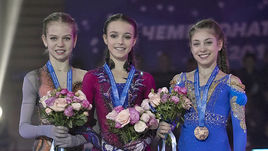 Александра Трусова (слева), Анна Щербакова (в центре) и Алена Косторная.
