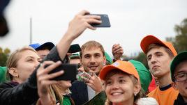Антон Шипулин (в центре) с болельщиками.