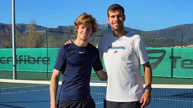 Андрей Рублев (слева) и Карен Хачанов на тренировке в Барселоне. Фото Instagram