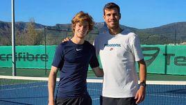 Андрей Рублев (слева) и Карен Хачанов на тренировке в Барселоне.