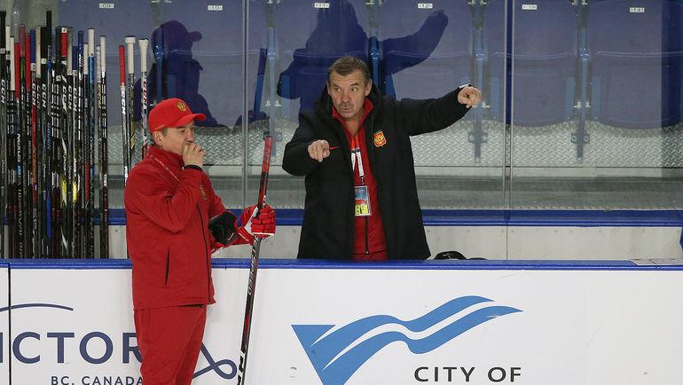 Главный тренер молодежной сборной России Валерий Брагин (слева) и консультант команды Олег Знарок. Фото ФХР