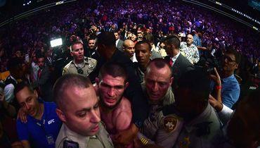 6 октября. Лас-Вегас. Хабиб Нурмагомедов покидает октагон в сопровождении полиции.