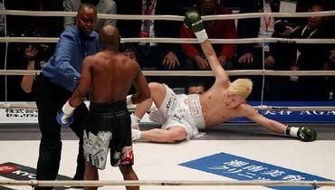 Флойд Мейвезер в Сайтаме победил японского кикбоксера Теншина Насукаву.