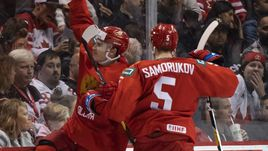 1 января. Ванкувер. Россия - Канада - 2:1. Павел Шэн (слева) забрасывает победную шайбу.