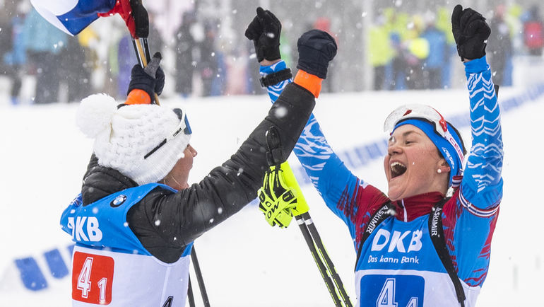 13 января. Оберхоф. Евгения Павлова (слева) и Екатерина Юрлова празднуют победу в эстафете. Фото AFP