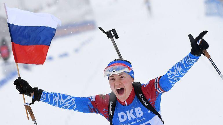 13 января. Оберхоф. Екатерина Юрлова-Перхт финиширует с российским флагом. Обе наши команды стали первыми в один день спустя 13 лет. Фото AFP