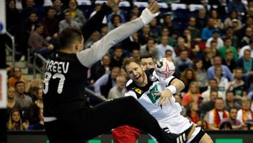 Голкипер сборной России Виктор Киреев (слева). Фото AFP