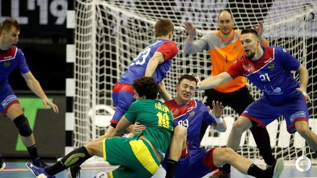 15 января. Берлин. Россия - Бразилия - 23:25. Жесткая борьба на площадке. Фото AFP
