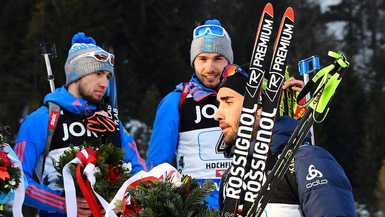 Мартен Фуркад (справа) не пожал руку Александру Логинову (слева) во время церемонии награждения в смешанной эстафете на чемпионате мира-2017. Фото AFP