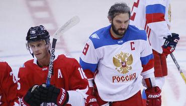 Россиянин Александр Овечкин (справа) и канадец Джонатан Тэйвз на Кубке мира-2016 в Торонто. Фото USA TODAY Sports