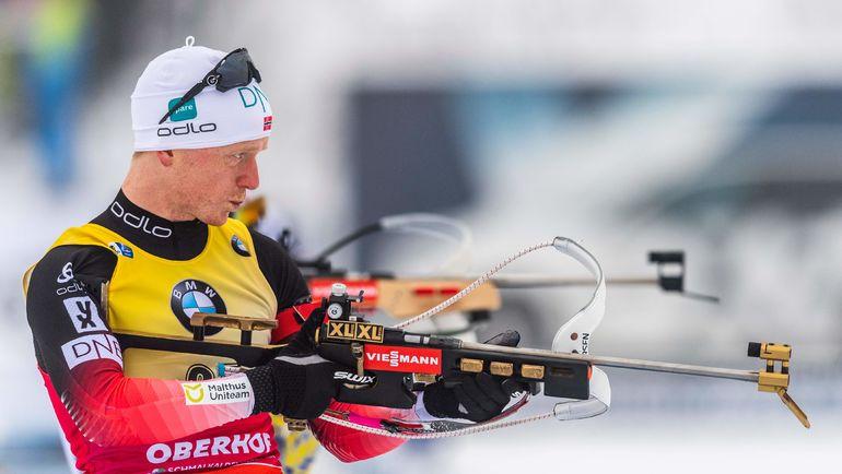 Норвежский биатлонист Йоханнес Бе во время стрельбы. Фото AFP