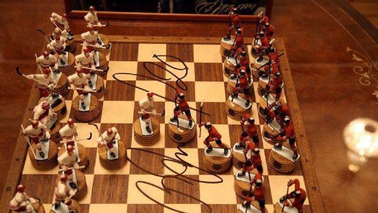 Комплект шахмат, на которых расписался легендарный хоккейный вратарь Владислав Третьяк.