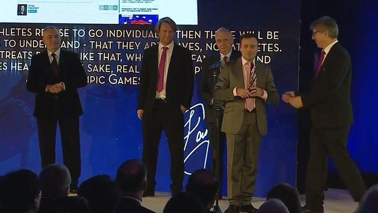 """Игорь Рабинер с призом на церемонии AIPS Sports Media Awards. Фото """"СЭ"""""""