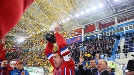 Капитан сборной России Юрий Викулин принимает из рук президента FIB и ФХМР Бориса Скрынника и поднимает над головой кубок чемпионов мира.