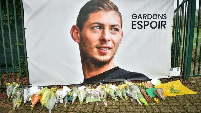"""Портрет Эмилиано Салы на базе """"Нанта"""", куда болельщики несут цветы. Фото AFP"""