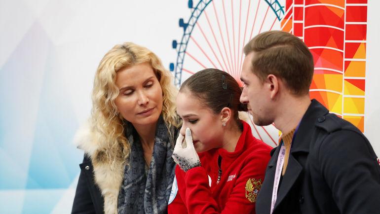Алина Загитова и ее тренеры Этери Тутберидзе и Даниил Глейхенгауз. Фото REUTERS