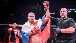 Федор Емельяненко (слева) никогда не будет выступать в UFC?