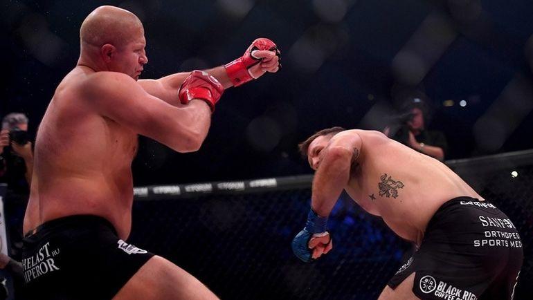 Райан Бейдер отправляет в нокаут Федора Емельяненко. Фото Твиттер Bellator MMA.
