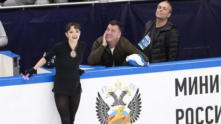 Евгения Медведева с тренером Брайаном Орсером (в центре). Фото Ксения Нуртдинова