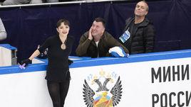 Евгения Медведева с тренером Брайаном Орсером (в центре).