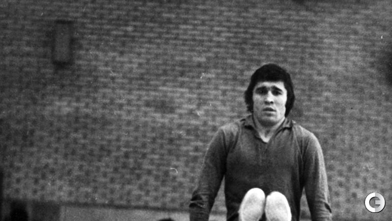Евгений Ловчев на тренировке на брусьях. Слева - гимнаст Александр Ткачев.