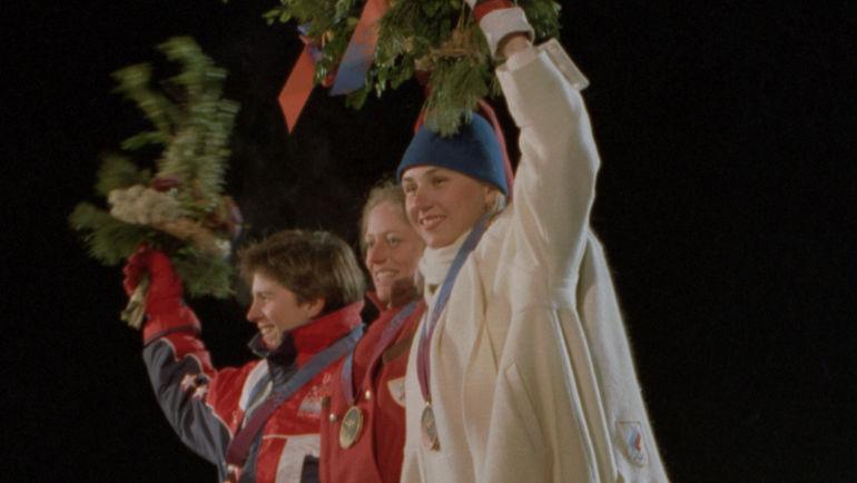 1994 год. Лиллехаммер. Награждение призеров в соревнованиях по фристайлу. Обладательница бронзовой медали, россиянка Елизавета Кожевникова (справа). Фото ТАСС