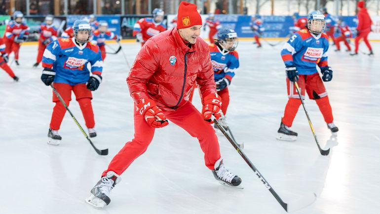 Алексей Яшин проводит хоккейный мастер-класс. Фото ОКР