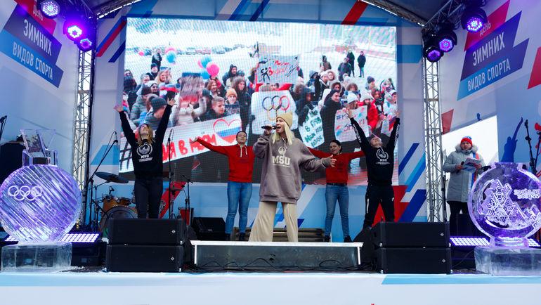 Юлианна Савилова и волонтеры - студенты МГУ с собственным музыкальным номером. Фото ОКР