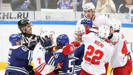 Неприличные жесты, драки и открытый хоккей. На