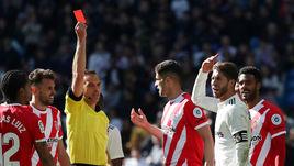 """17 февраля. Мадрид. """"Реал"""" - """"Жирона"""" - 1:2. 90-я минута. Серхио Рамос (второй справа) получает красную карточку."""
