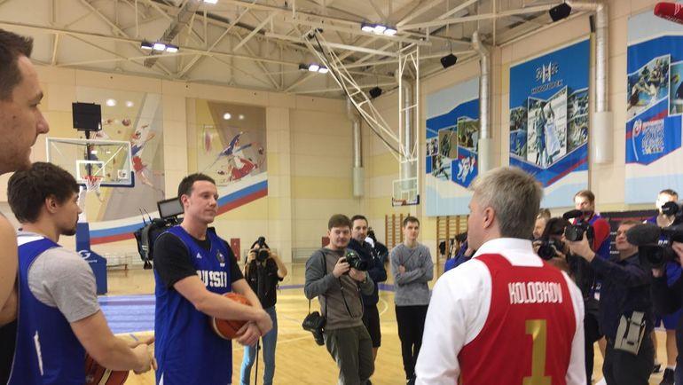 Министр спорта Павел Колобков посетил тренировку сборной России по баскетболу и получил в подарок именную майку. Фото Дмитрий Кузнецов, «СЭ»