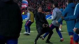 """21 февраля. """"Атлетико"""" - """"Ювентус"""" - 2:0. Диего Симеоне празднует забитый мяч команды."""