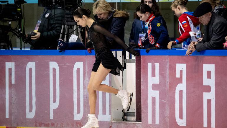 """Евгения Медведева и Елизавета Туктамышева выходят на лед. Фото Дарья Исаева, """"СЭ"""""""
