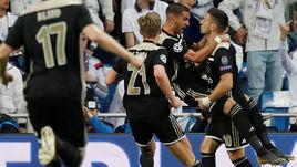 """5 марта. Мадрид. """"Реал"""" - """"Аякс"""" - 1:4. Факим Зиех празднует свой гол с Душаном Тадичем (№10) и Френки де Йонгом (№21)."""