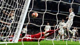 """5 марта. Мадрид. """"Реал"""" - """"Аякс"""" - 1:4. Давид Нерес забивает второй гол в ворота мадридцев."""