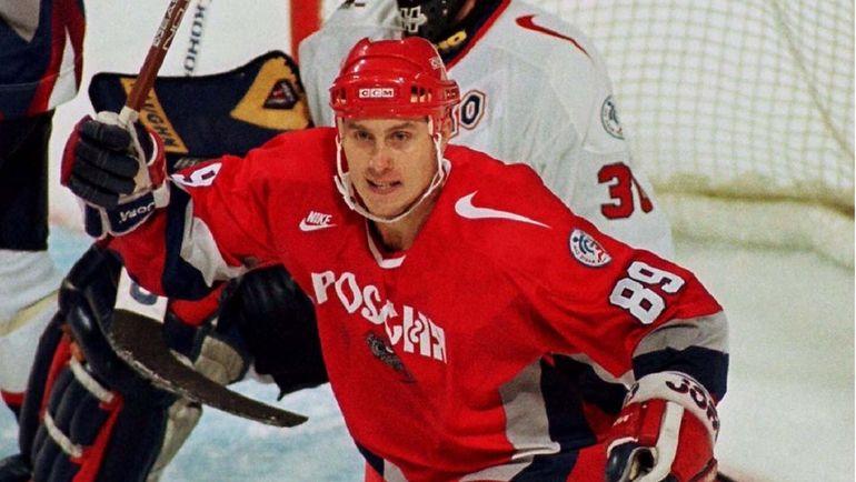 Александр Могильный забивает за сборную России. Фото Reuters