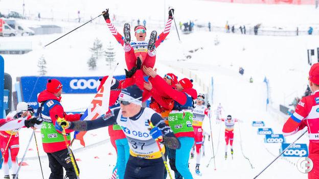 9 марта. Осло. После финиша Максима Вылегжанина, другие наши спортсмены бросились его качать. Фото REUTERS