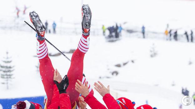 9 марта. Осло. И так радовались, что чуть не уронили ветерана сборной. Фото REUTERS