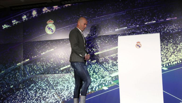 Зидан появился на пресс-конференции в зауженных джинсах с высокими подворотами и пиджаком.