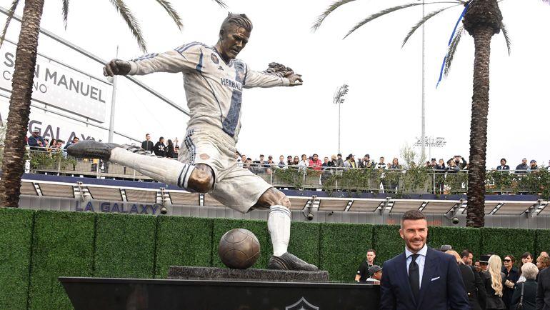 Дэвид Бекхэм и настоящая статуя. Фото USA TODAY Sports