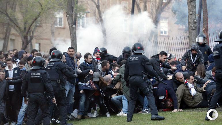 """13 марта. Барселона. Фанаты """"Лиона"""" в столкновении с полицией перед матчем с каталонским клубом."""