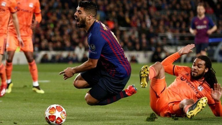 "13 марта. Барселона. ""Барселона"" – ""Лион"" – 5:1. Луис Суарес наступил на ногу Джейсона Денайера и упал. Фото УЕФА"