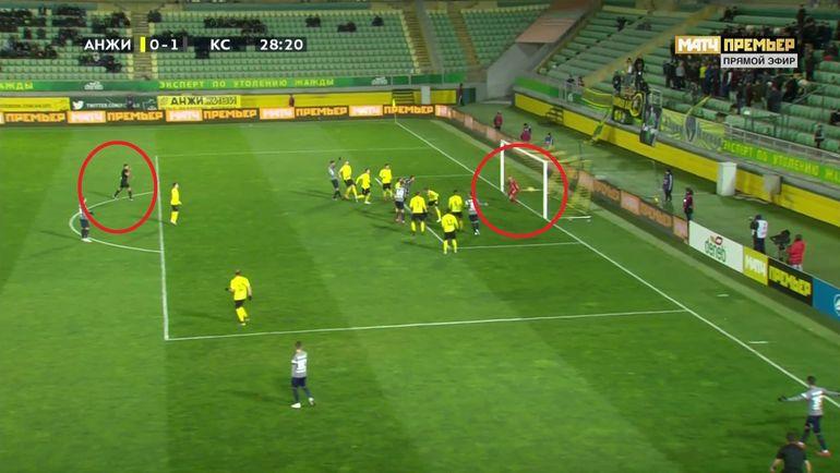 Арбитр Кирилл Левников, реагируя на падение игрока самарцев, показал на 11-метровую отметку.