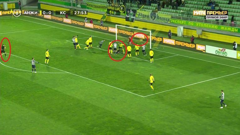 Затем жестом руки пенальти отменил и указал на центр поля, засчитав гол.