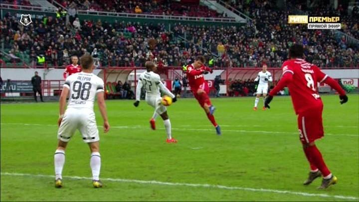 Мяч попадает в бедро Каборе, а его рука находится в естественном положении.