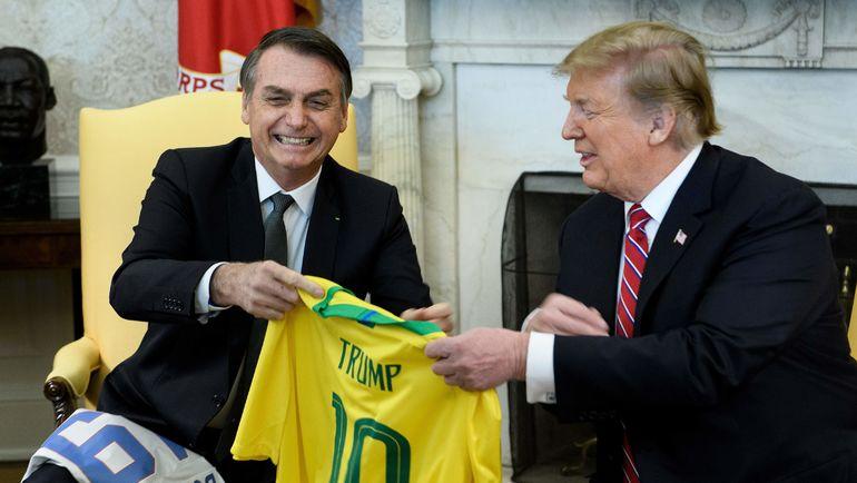 19 марта. Вашингтон. Трамп получил в подарок от президента Бразилии футболку с 10-м номером, под которым выступает Неймар. Фото AFP