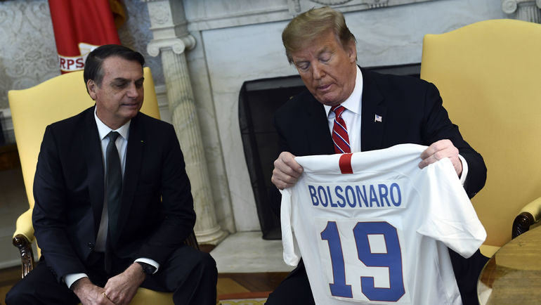 19 марта. Вашингтон. Болсонару стал обладателем футболки с 19-м номером. Фото AFP