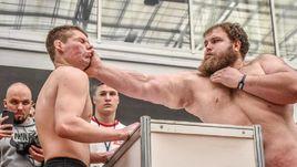 На фото справа - 168-килограммовый фермер Василий Камоцкий - 28-летний брутальный мужчина по прозвищу Василий Пельмень.