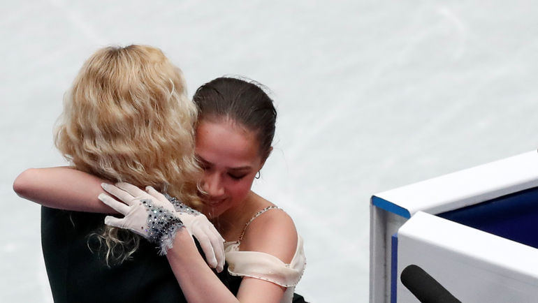 Алина Загитова и Этери Тутберидзе после короткой программы на чемпионате мира в Сайтаме. Фото Issei Kato, REUTERS